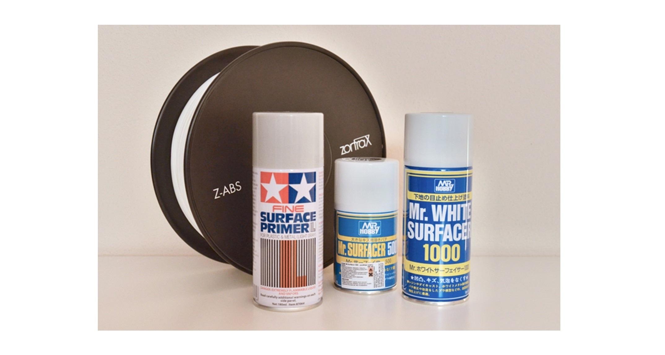 Profesionálne tmely a farby pre plast stojace pred bielym Z-ABS.